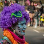 Dame met paars haar